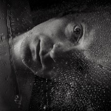 Coincé dans ce miroir humide